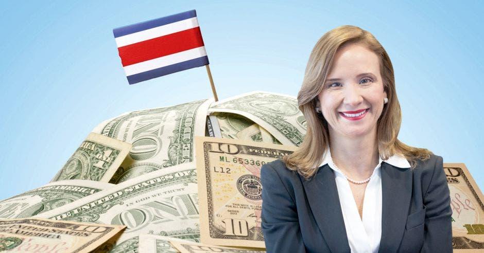 Mujer frente a montaña de dólares y bandera costarricense