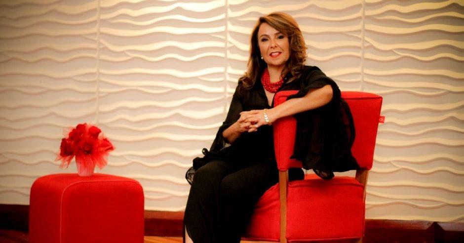 Mujer sentada en sillón rojo