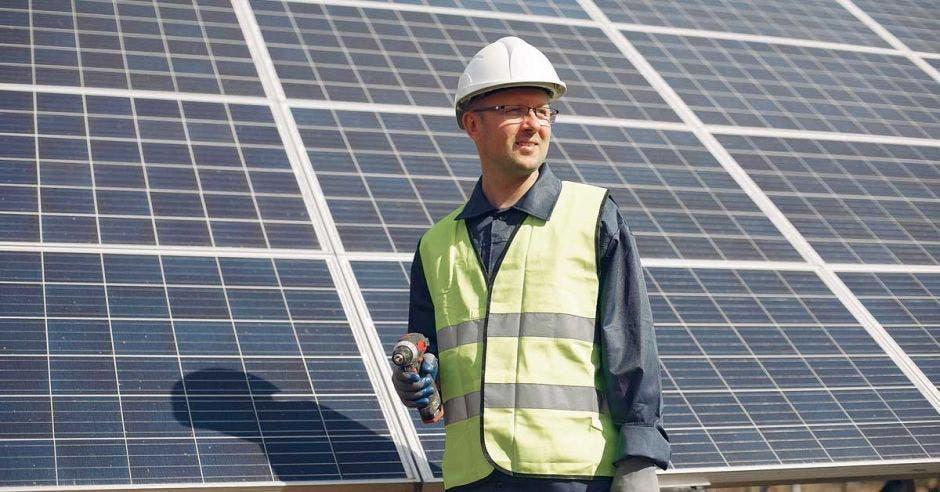 Ingeniero con casco blanco. Hombre cerca del panel solar