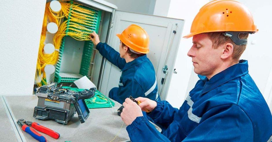Técnicos instalando fibra óptica