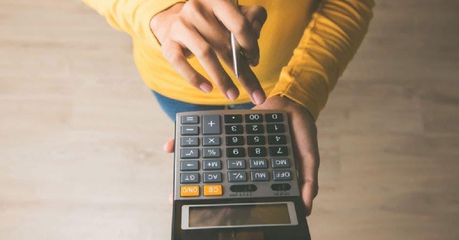 Persona utilizando calculadora
