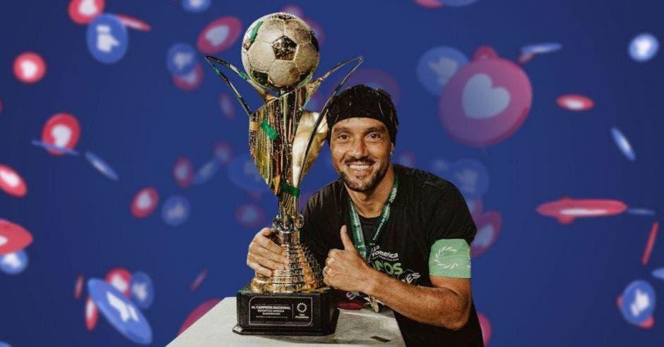 jugador de Saprissa con trofeo