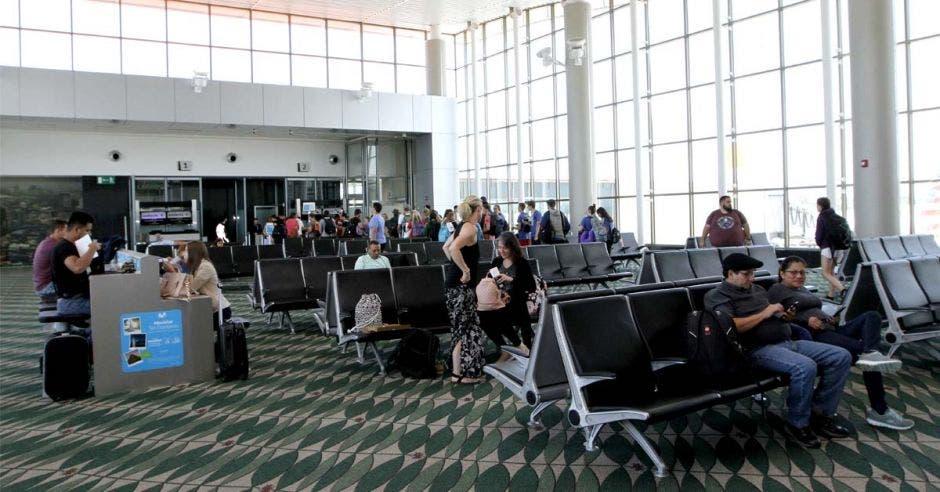 lobby con pasajeros esperando por su vuelo