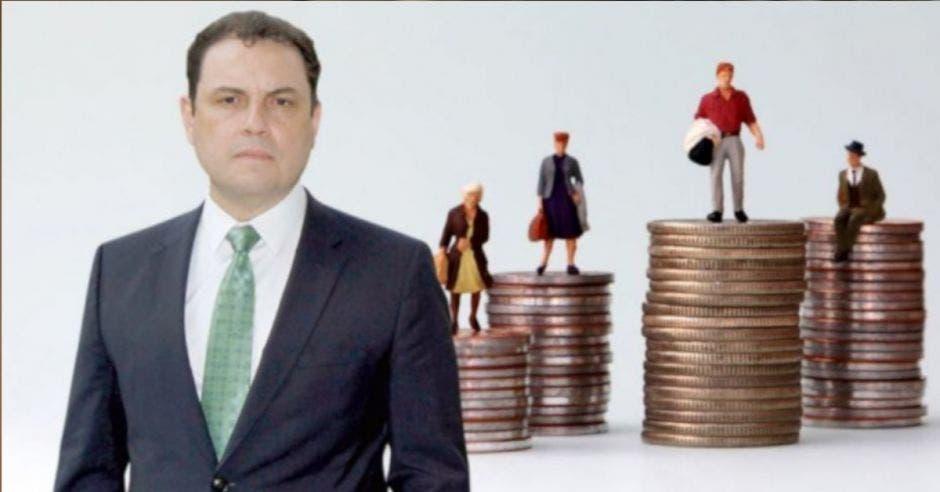hombre con traje gris obscuro y corbata verde junto a torres de monedas de diferentes tamaños con figuras de adultos mayores encima