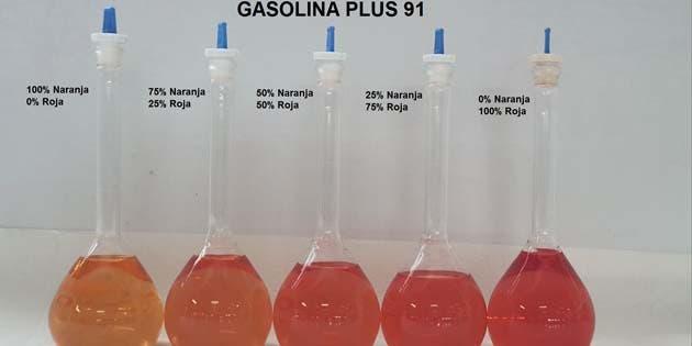 cinco probetas llenas de gasolina de diferentes colores