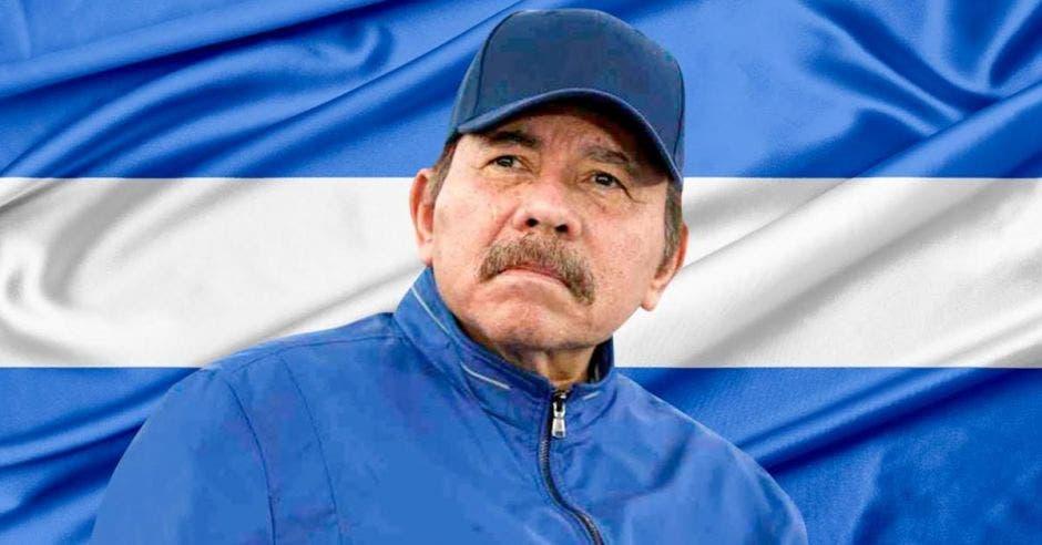 un hombre con gorra azul y jacket azul