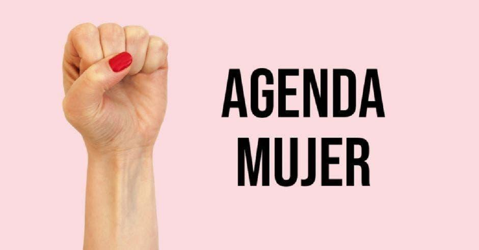 Un puño de mano con las uñas pintadas y la palabra agenda mujer