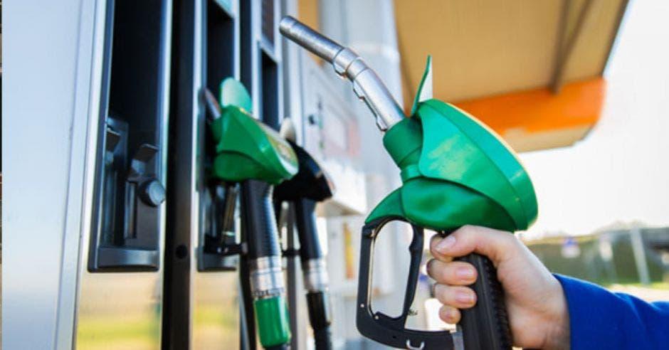 una mano sosteniendo un dispensador de gasolina