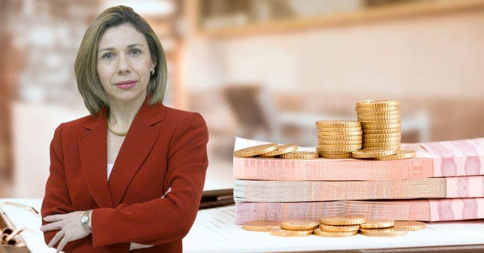 Mujer de rojo frente a billetes y monedas