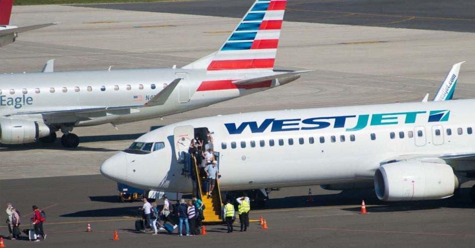 una aeronave en una pista de aterrizaje