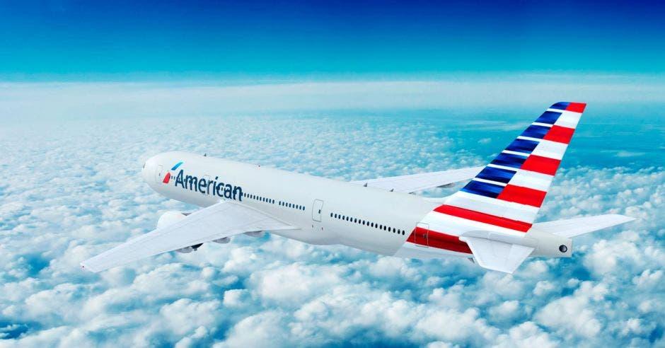 un avión blanco con rivetes en rojo y azul