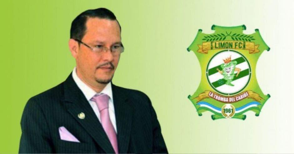 Celso Gamboa, de fondo el logo del equipo de Limón
