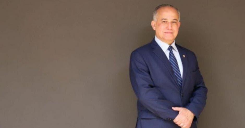 hombre de traje y corbata azul marino de pie