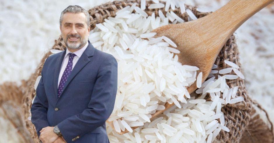 Un hombre de saco y corbata sobre un fondo de un saco de arroz