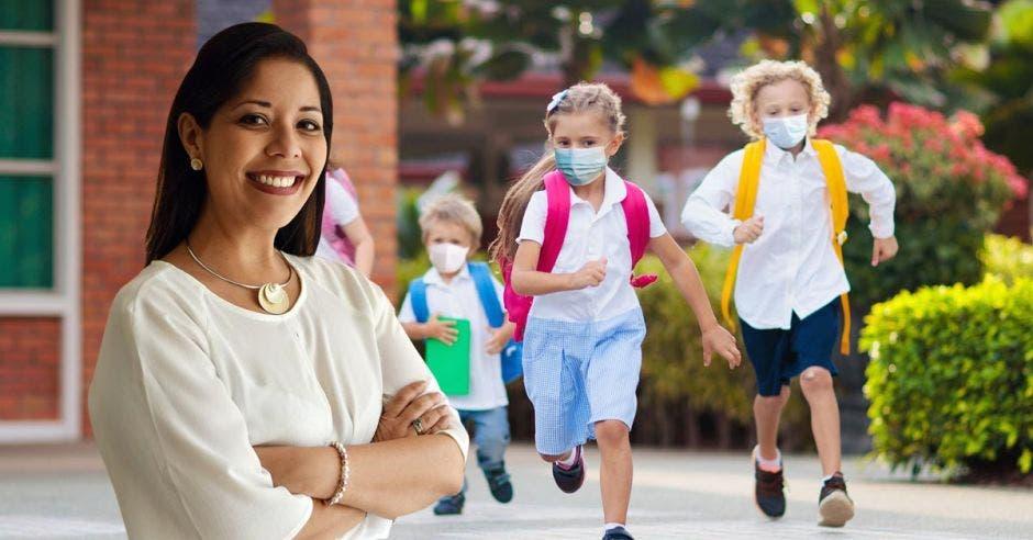 Melania Brenes, viceministra Académica del MEP y de fondo unos niños corriendo