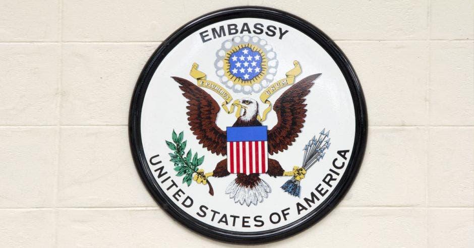 escudo de la embajada de los estados unidos