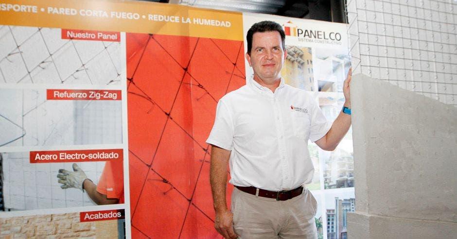 Diego Estrada, director general de Panelco mostrando las láminas de construcción que comercializa
