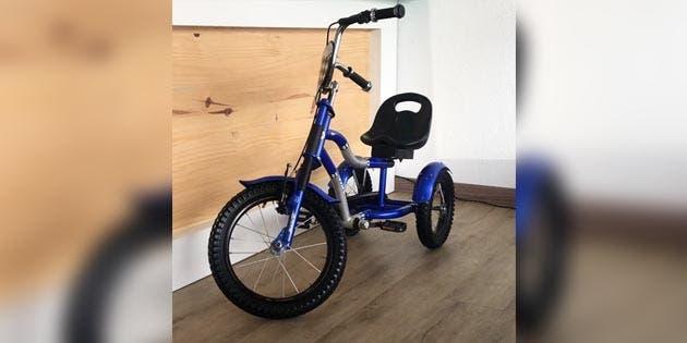 un triciclo color azul