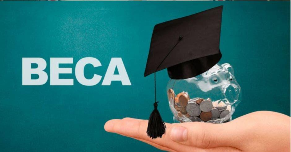 palabra BECA junto a una mano sosteniendo una alcancía de vidrio con monedas y encima un birrete pequeño