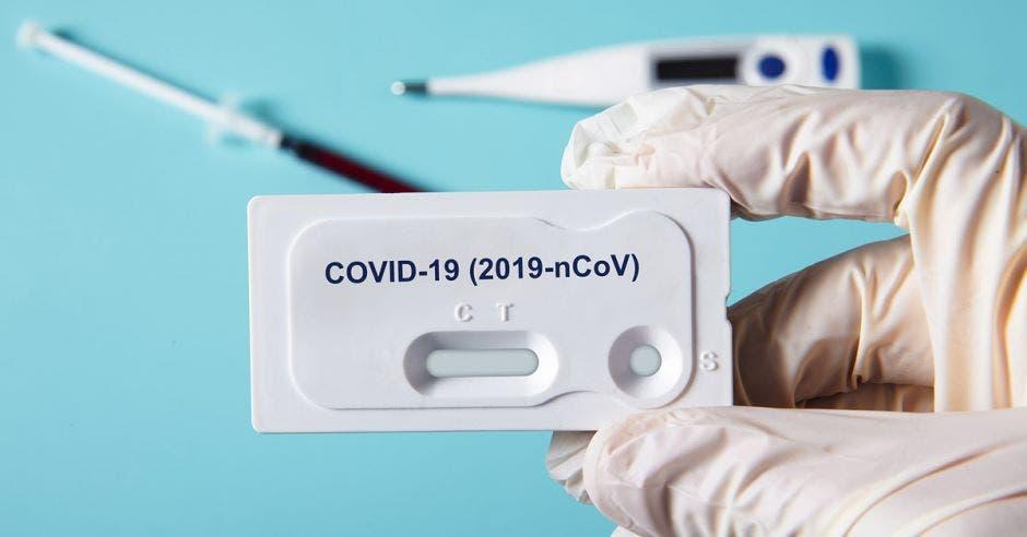 Una mano sosteniendo una prueba de Covid-19