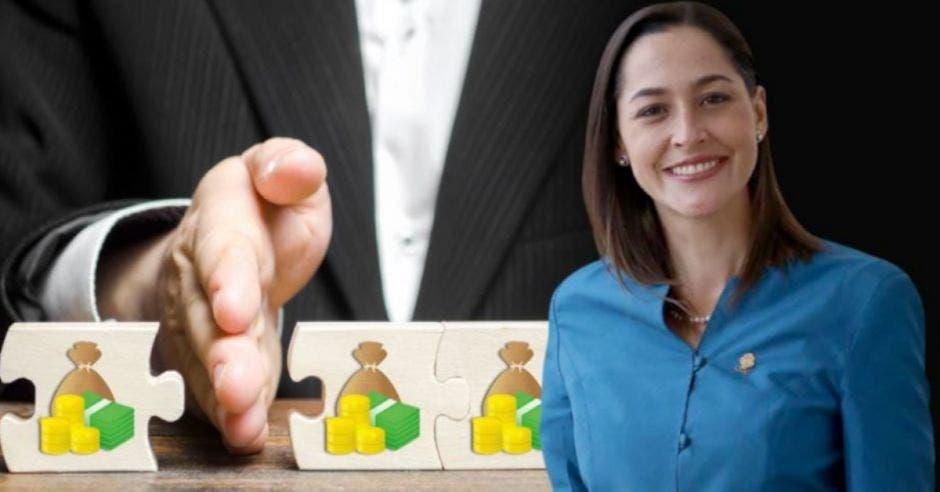 mujer de cabello castaño con saco azul, de fondo un hombre de traje colocando su mano entre dos piezas de rompecabezas con dibujos de dinero