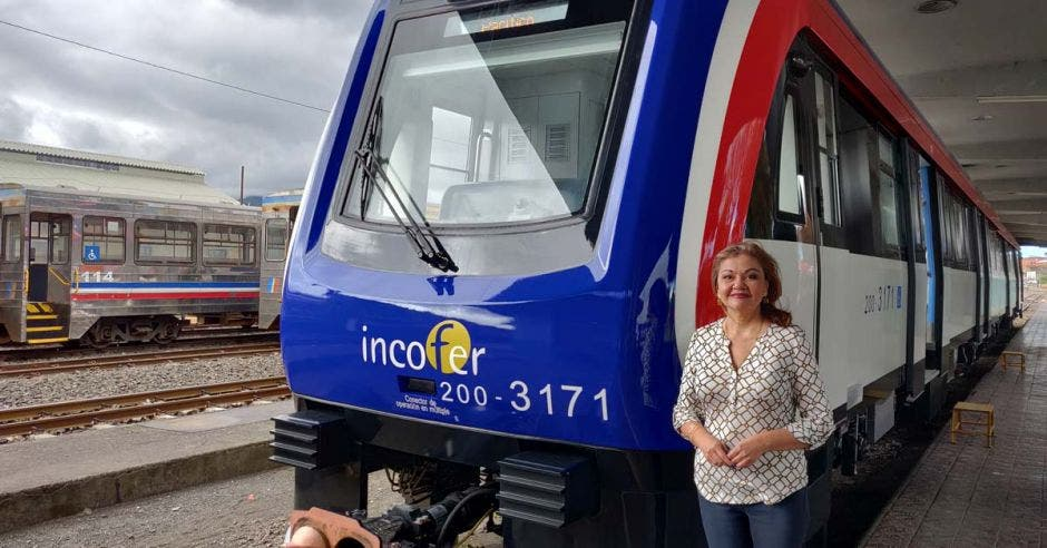 Elizabeth Briceño, jerarca de Incofer, con uno de los nuevos trenes de fondo