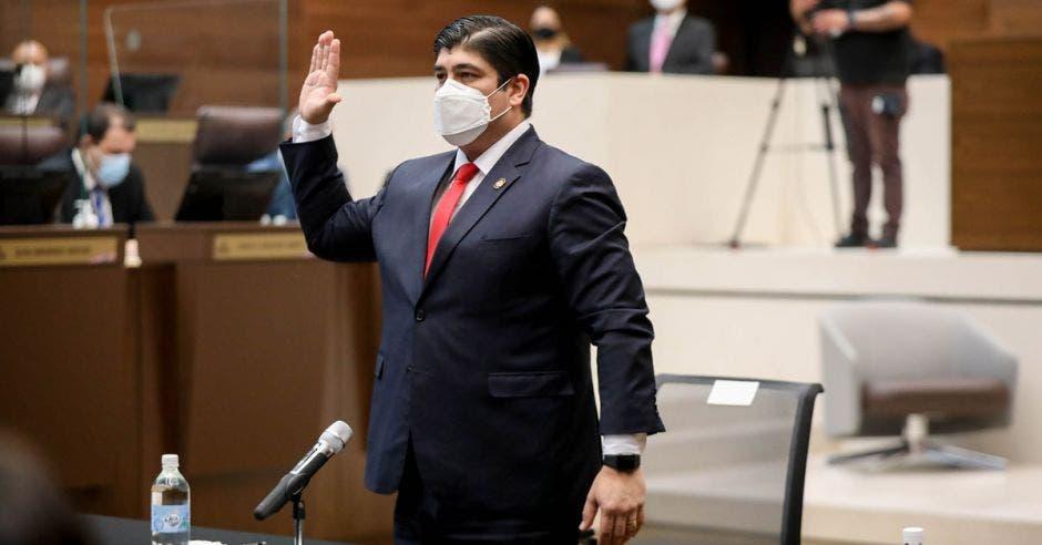 Carlos Alvarado compareciendo en la Asamblea con la mano derecha levantada