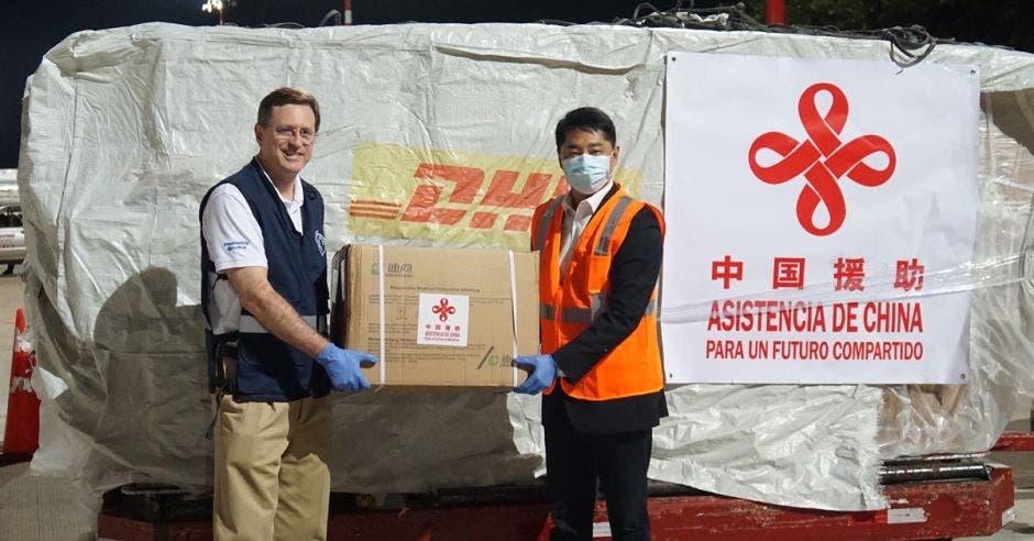 Román Macaya, presidente ejecutivo de la CCSS y el embajador Tang Heng recibieron el cargamento en el Juan Santamaría