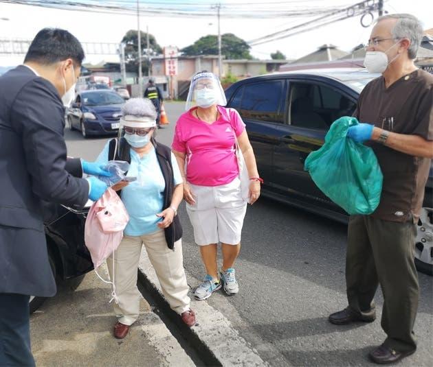 El embajador Tang Heng salió a las calles públicas para entregar mascarillas a quienes las necesitaban, al mismo tiempo les recordó la importancia del uso correcto. La donación se realizó a través de una campaña liderada por el Colegio de Médicos y Cirujanos, el Colegio de Periodistas y el Colegio de Abogados y Abogadas