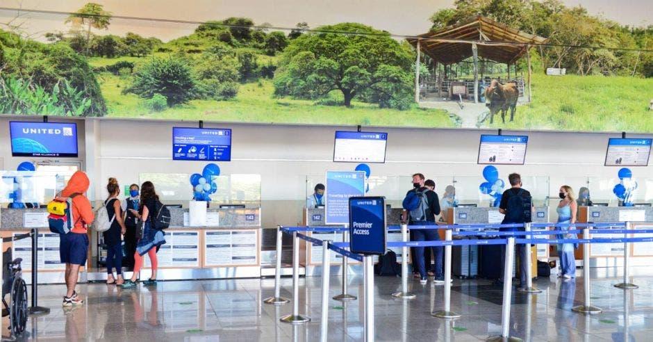 un grupo de gente en el lobby de un aeropuerto