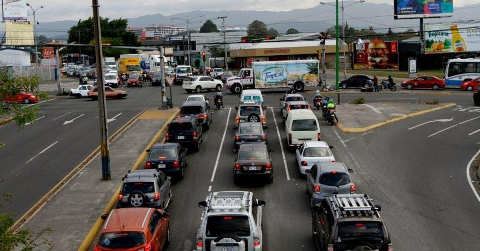 Autos en fila frente a semáforo