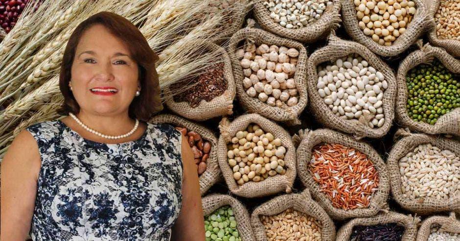 una mujer sobre un fondo de granos varios