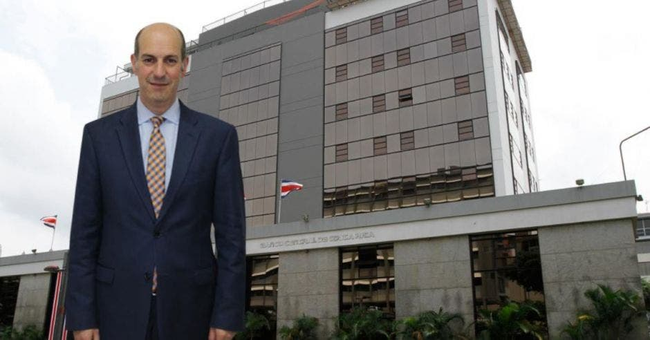 Hombre de traje frente a edificio del Banco Central
