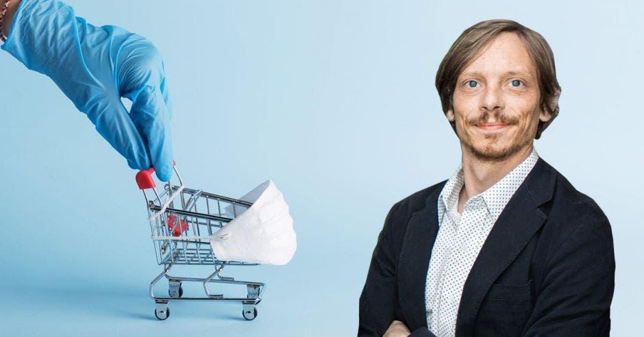 un hombre de cabello rubio sobre un fondo de una mano con guante quirúrgico llevando un carrito con una mascarilla