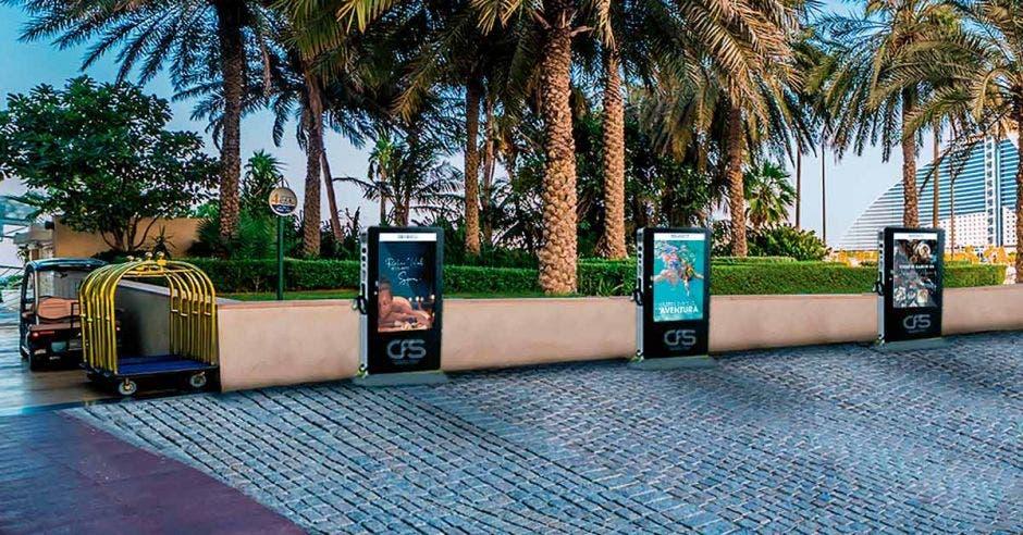 cuatro cargadores eléctricos instalados en el parqueo de un hotel