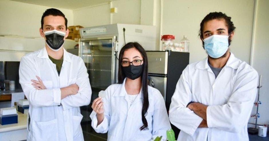 tres estudiantes con mascarilla