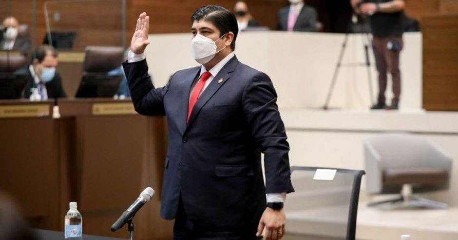 Carlos Alvarado compareciendo ante la Asamblea con la mano derecha levantada