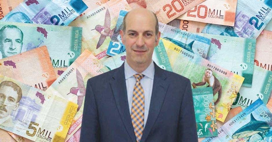 Hombre de traje frente a billetes
