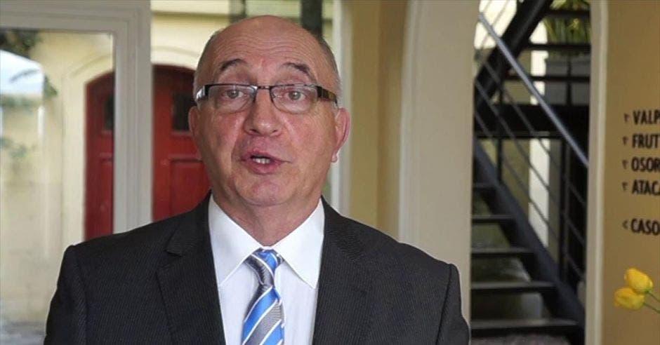 un hombre calvo de mediana edad con anteojos