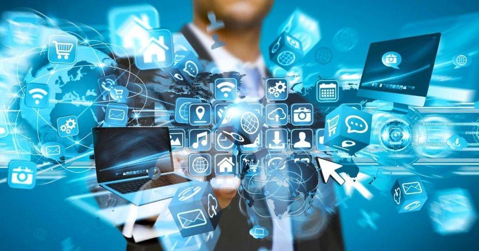 imágenes de herramientas tecnológicas, computadoras y hombre con traje señalando