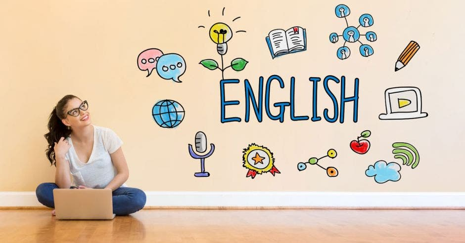 Una joven con una laptop y la palabra English