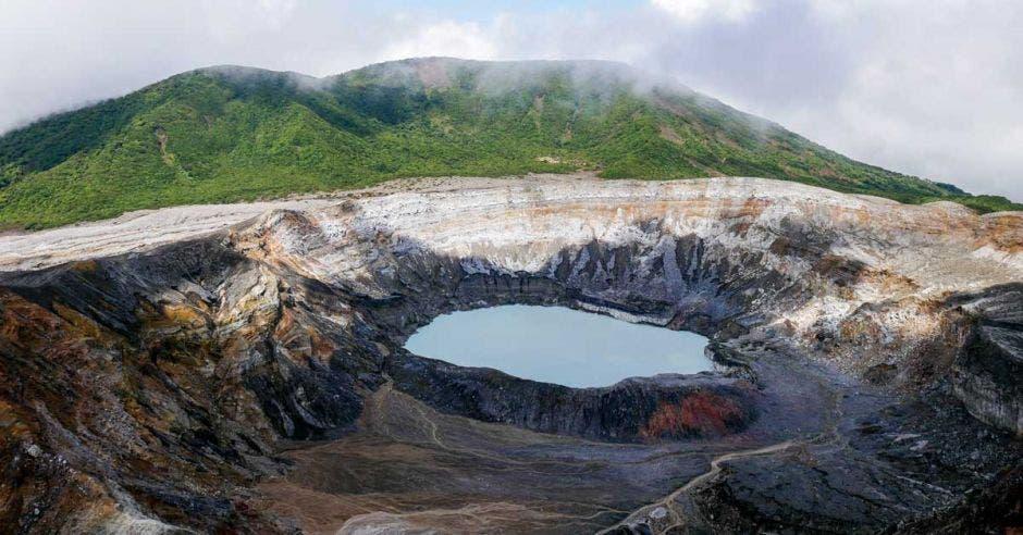 cráter de un volcán con lava color verde