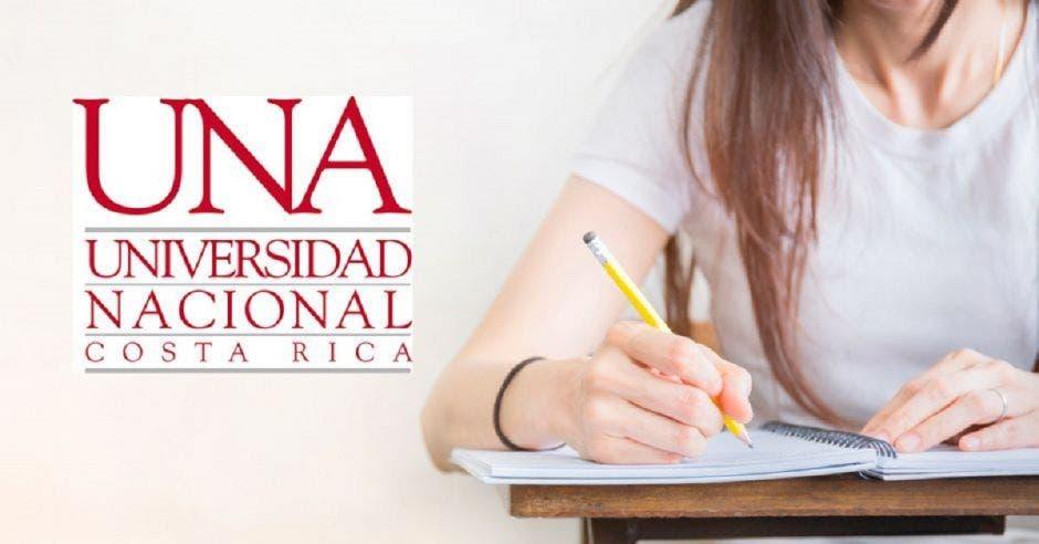Una persona en un pupitre con un examen y el logo UNA