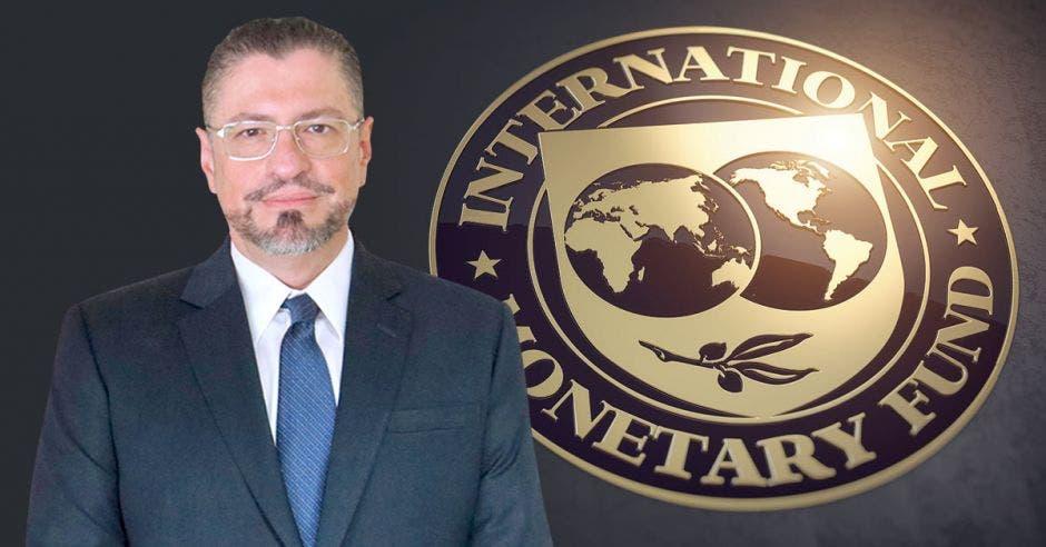 Hombre de traje frente a logo del FMI