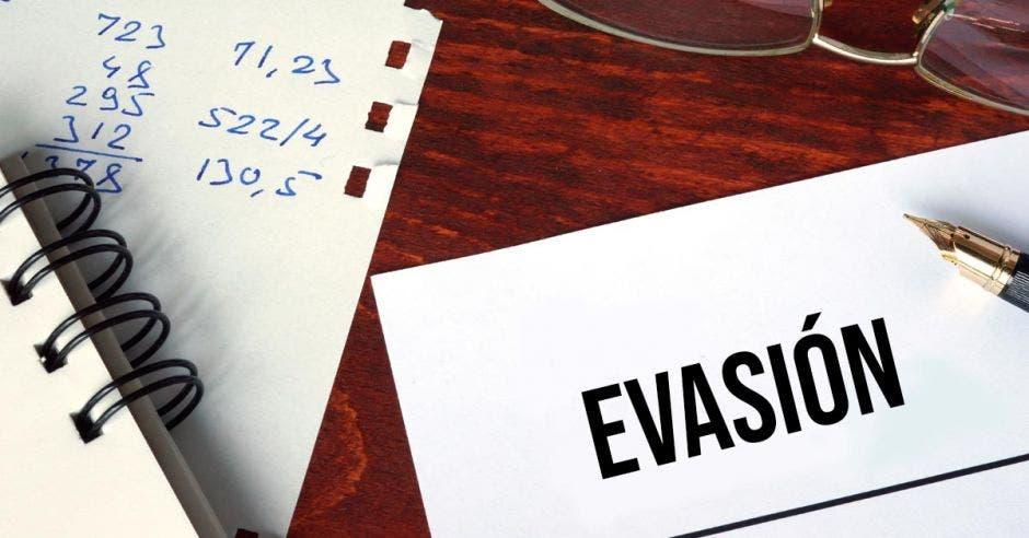 Papel y libreta que dice evasión