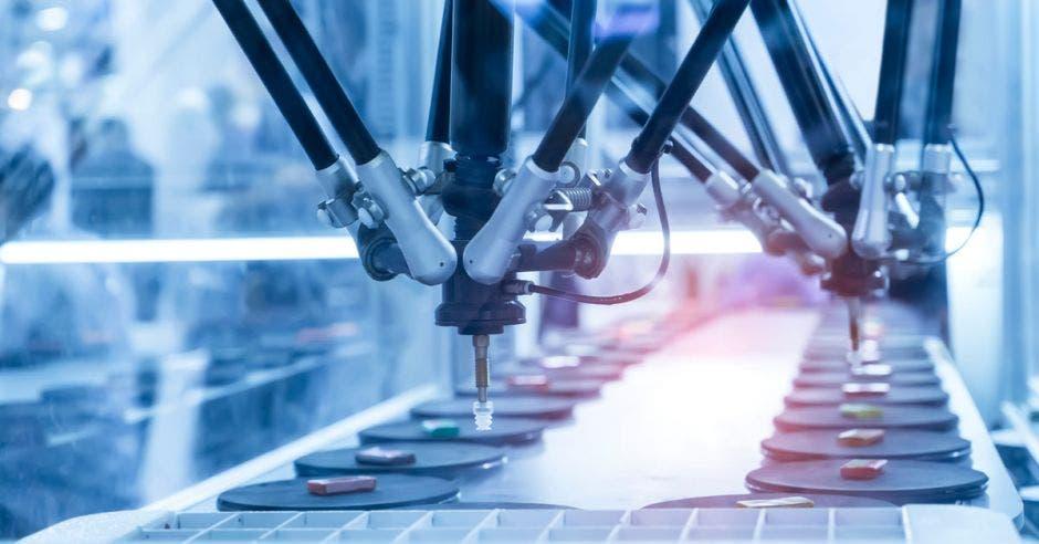 succionador de pistón neumático robótico en la máquina industrial