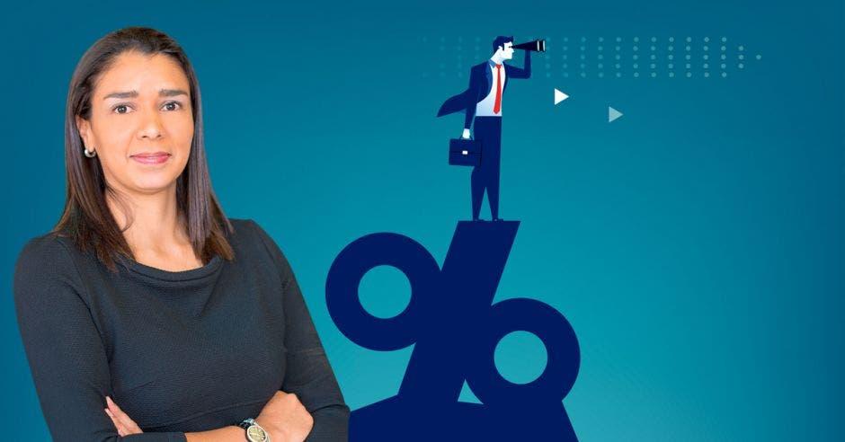Mujer frente a persona viendo tasa de interés