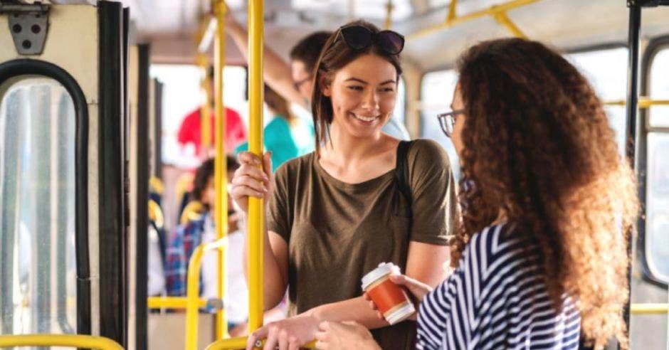 mujeres en transporte público