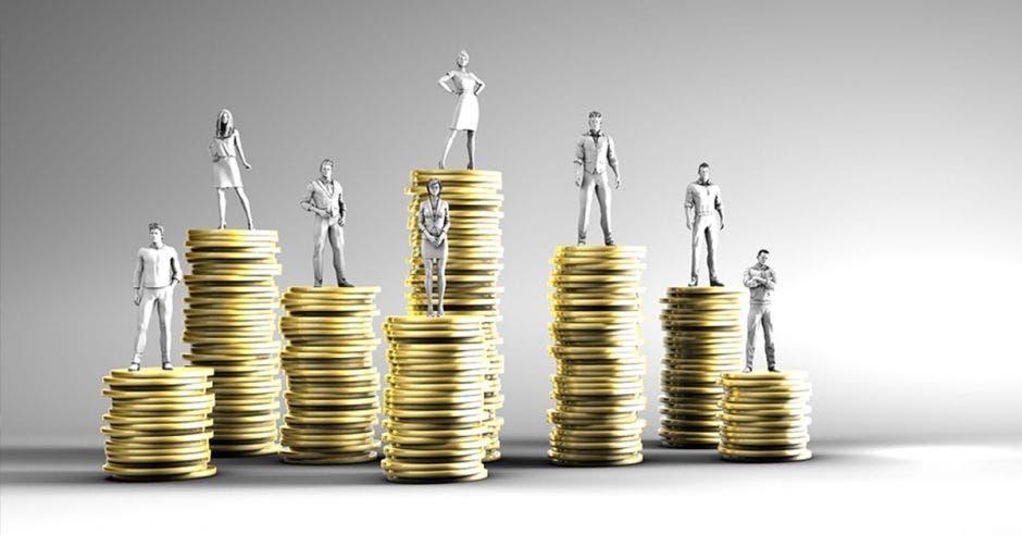 Muñecos de personas en columnas de monedas