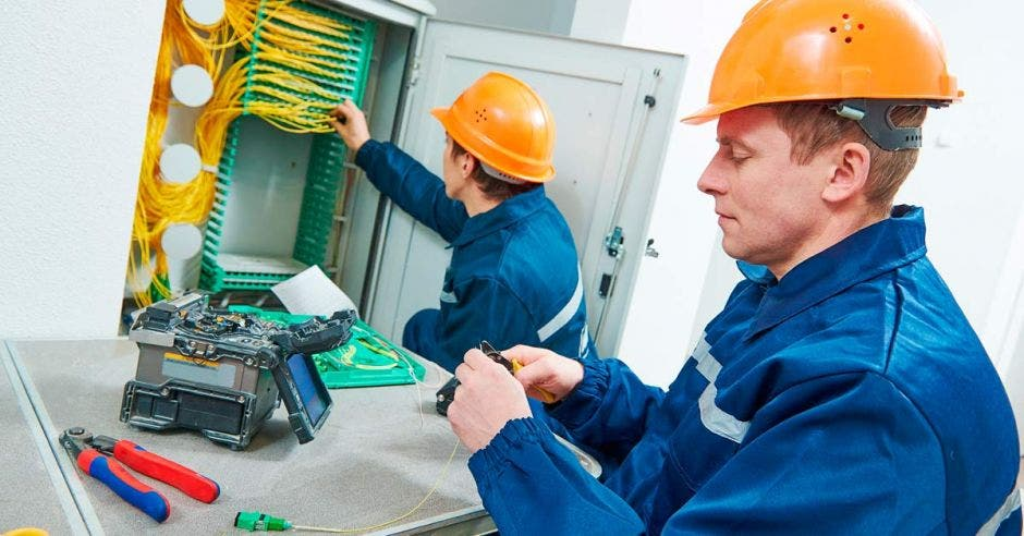 Ingenieros instalando fibra óptica